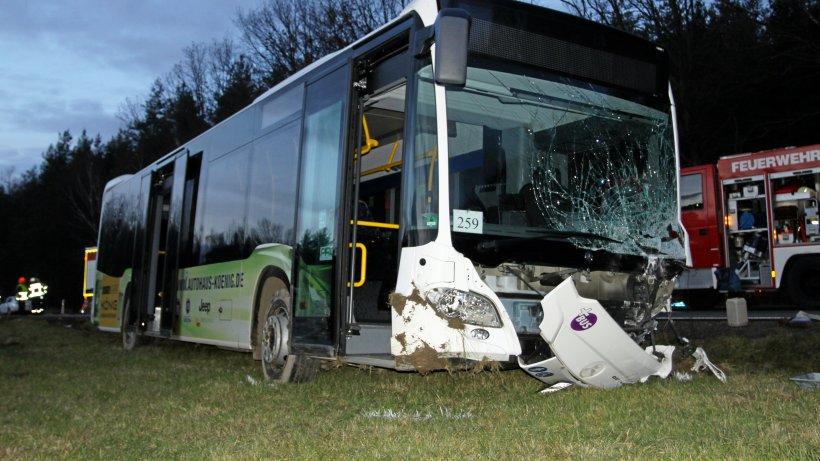 Auto prallt auf B 92 gegen Linienbus