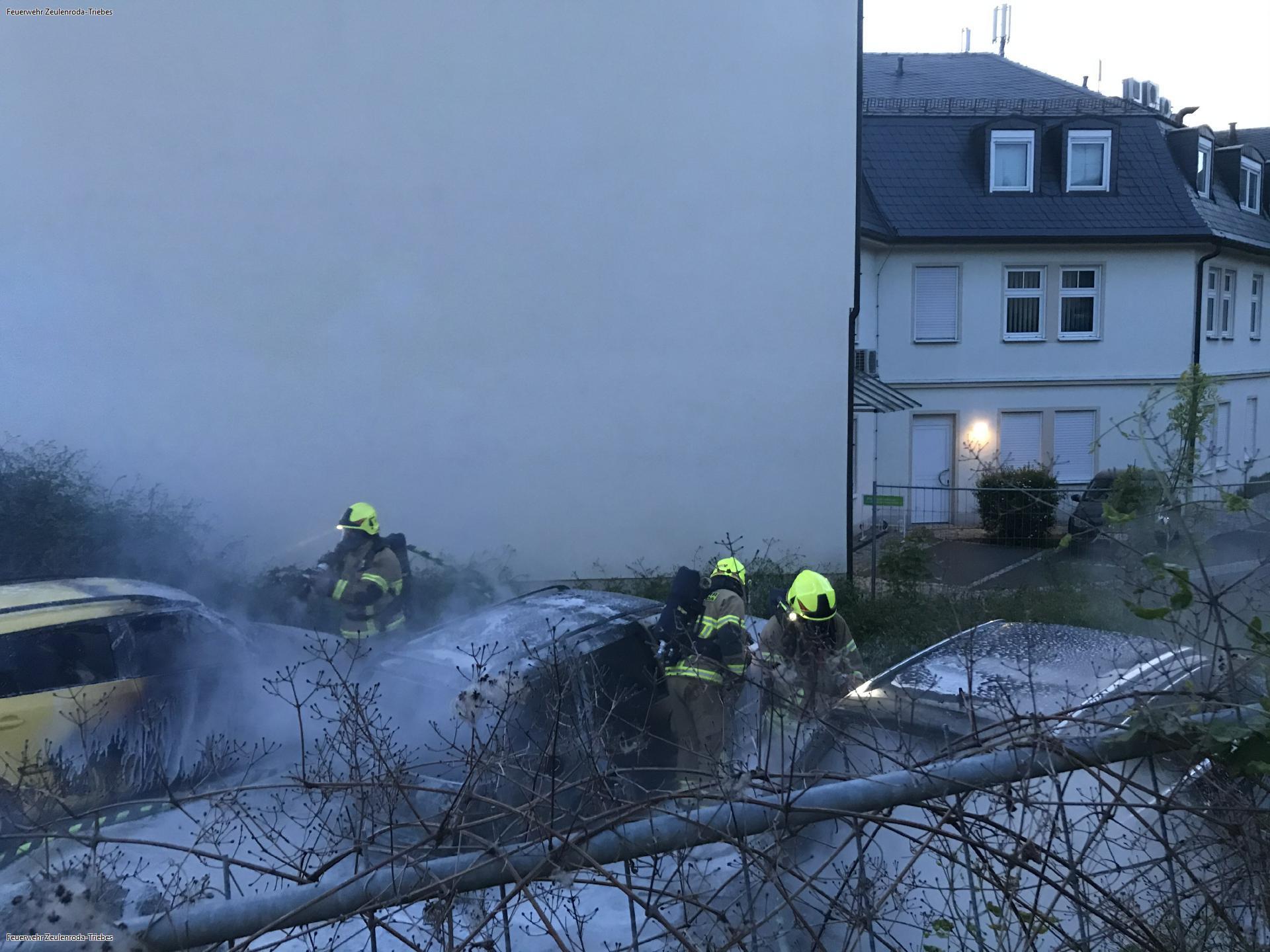 Drei Fahrzeuge brennen in Zeulenroda komplett aus