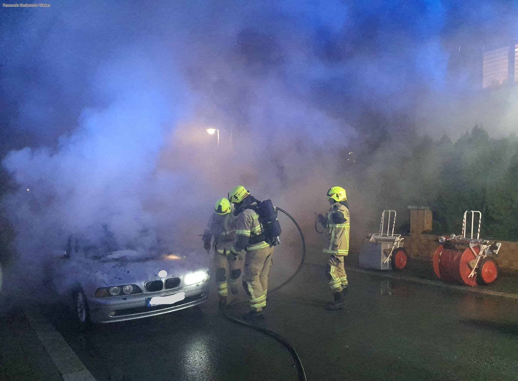 Auto brennt in der Innenstadt — Wohnhaus in Gefahr