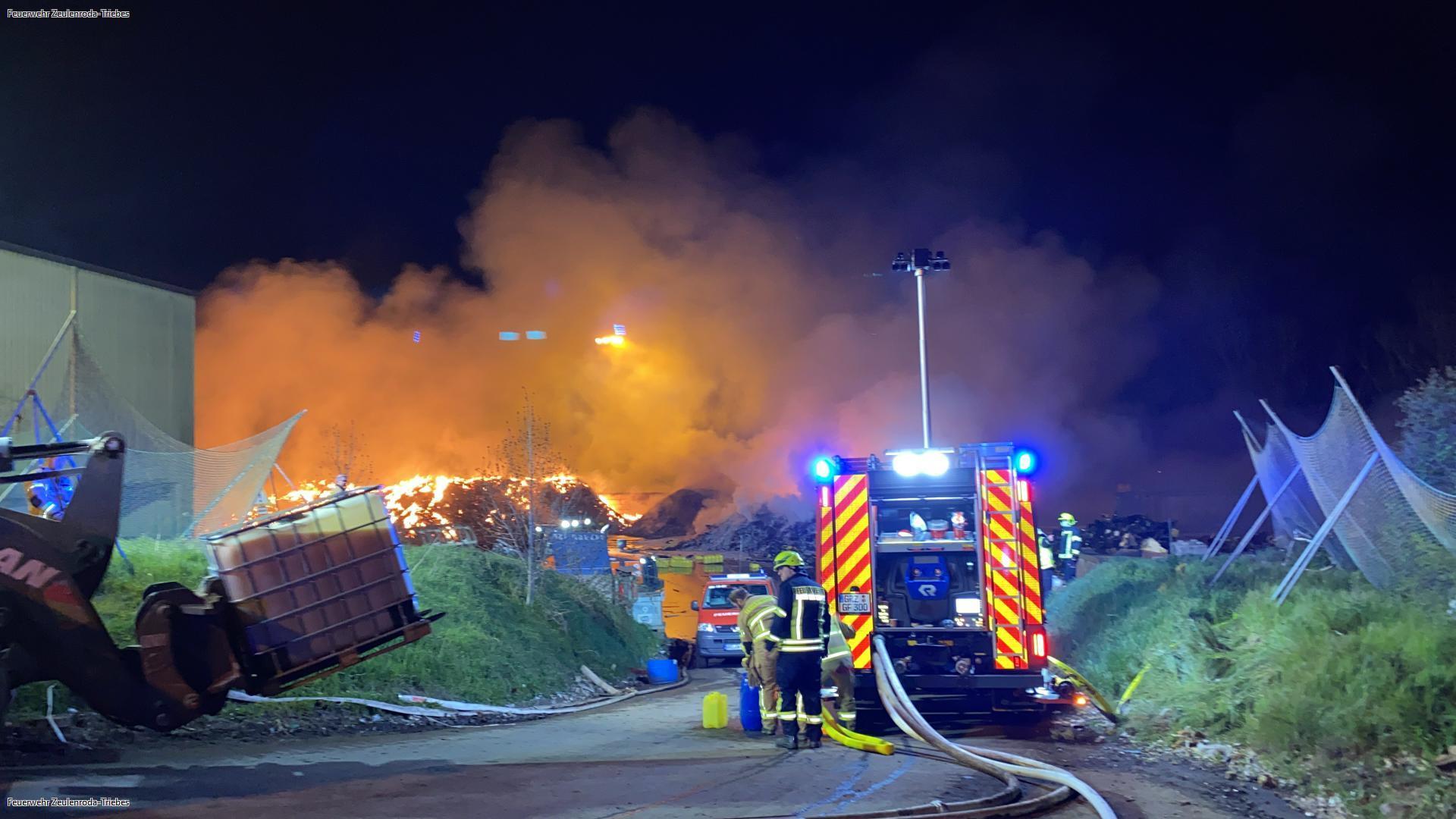 Großbrand und Rauchsäule: Feuerwehr kämpft stundenlang gegen Flammen