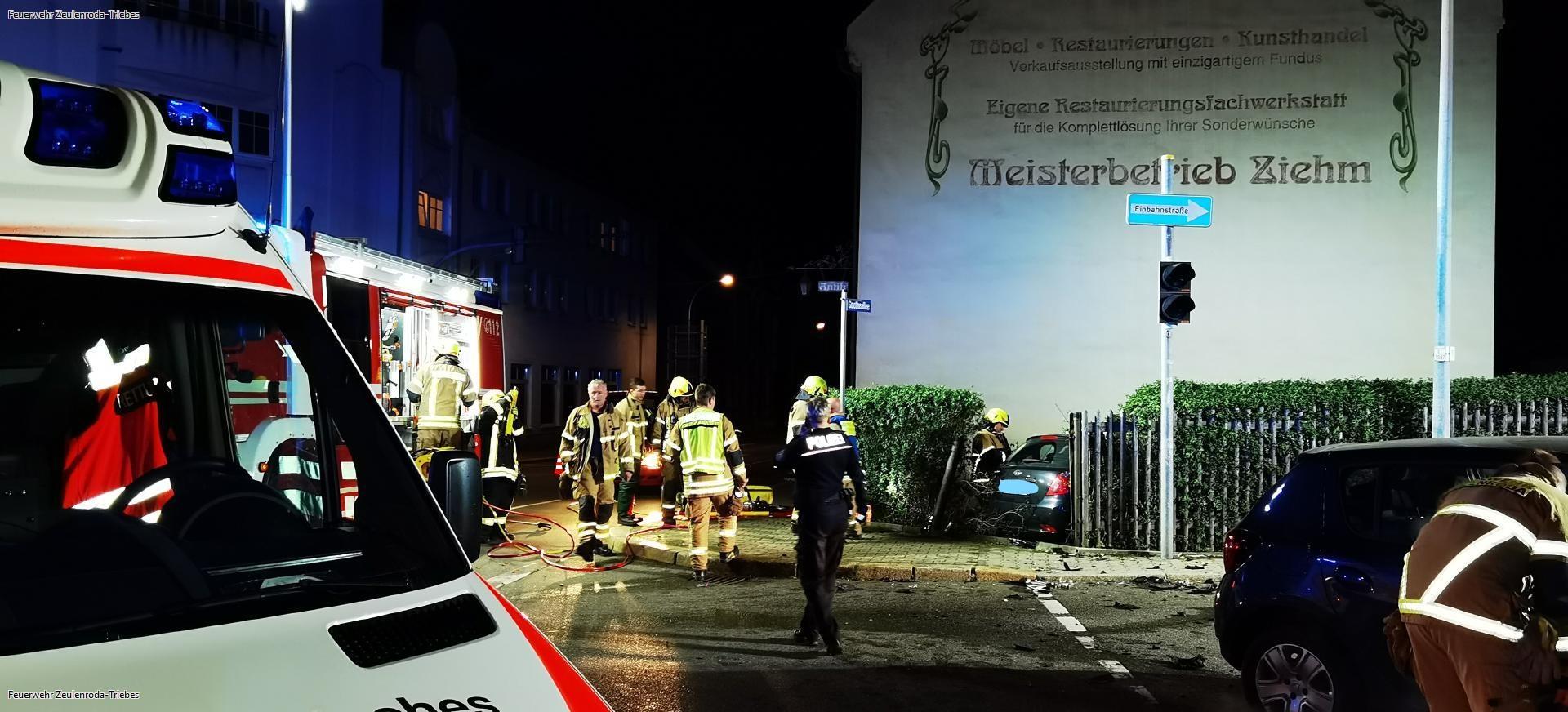 Verkehrsunfall in Zeulenroda: Feuerwehr befreit eingeklemmte Person